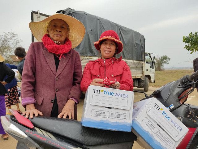 Báo Gia đình và Xã hội đưa nước uống sạch đến với người dân vùng rốn lũ Tân Ninh - Ảnh 3.