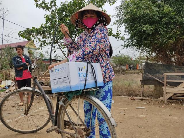 Báo Gia đình và Xã hội đưa nước uống sạch đến với người dân vùng rốn lũ Tân Ninh - Ảnh 4.