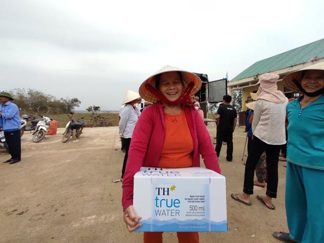 Báo Gia đình và Xã hội đưa nước uống sạch đến với người dân vùng rốn lũ Tân Ninh - Ảnh 6.