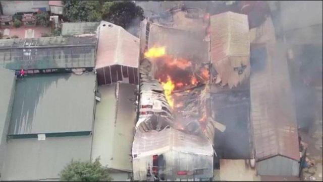 Hà Nội: Cháy lớn gây thiệt hại khoảng 10 xưởng gỗ tại Thạch Thất - Ảnh 2.