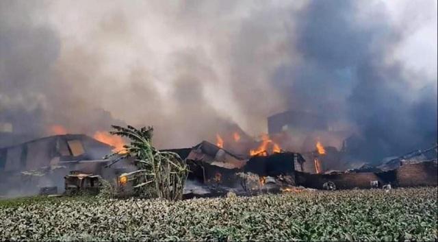 Hà Nội: Cháy lớn gây thiệt hại khoảng 10 xưởng gỗ tại Thạch Thất - Ảnh 3.