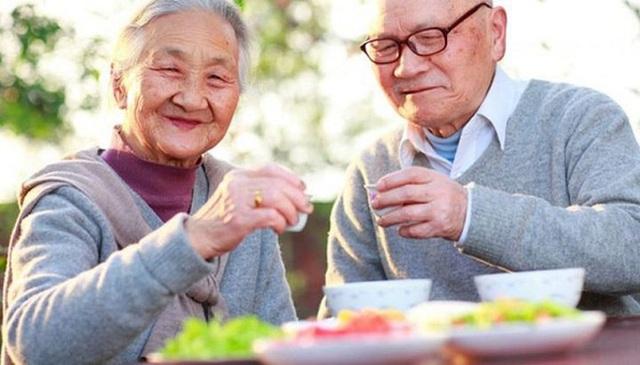 Sức khỏe đường ruột của cụ bà 103 tuổi tương đương với người 30 tuổi, 6 bí quyết sống thọ đơn giản ai cũng có thể áp dụng - Ảnh 2.