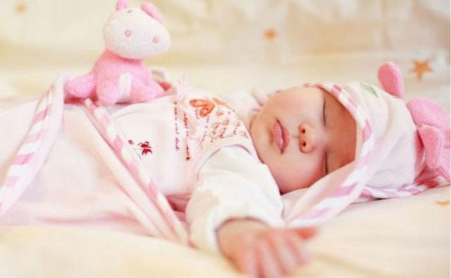 Sợ con lạnh, mẹ đắp chăn kín quá khiến con tím tái toàn thân, chuyên gia chỉ rõ rủi ro dễ khiến trẻ đột tử - Ảnh 3.