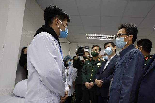 Tiêm vacccine COVID-19 made in Vietnam Nano Covax mũi 2 liều nhỏ nhất cho 3 người đầu tiên - Ảnh 1.