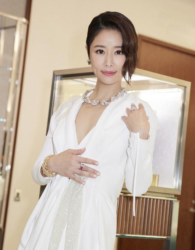 Lâm Tâm Như phản ứng khi bị chỉ trích vì mua hàng hiệu cho con gái - Ảnh 4.