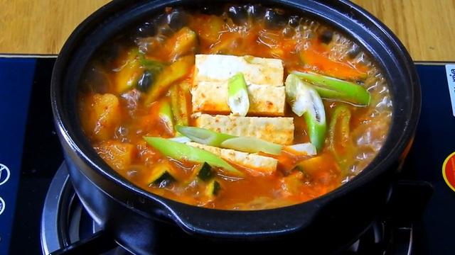 نحوه تهیه یک سوپ استاندارد مانند یک فیلم کره ای: خوردن چقدر گرم است ، وقتی هوا سرد است عالی است!  - تصویر 1