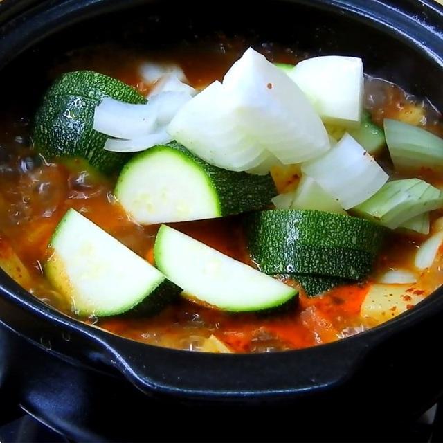 نحوه تهیه یک سوپ استاندارد مانند یک فیلم کره ای: خوردن آن چقدر گرم است ، وقتی هوا سرد است عالی است!  تصویر 6