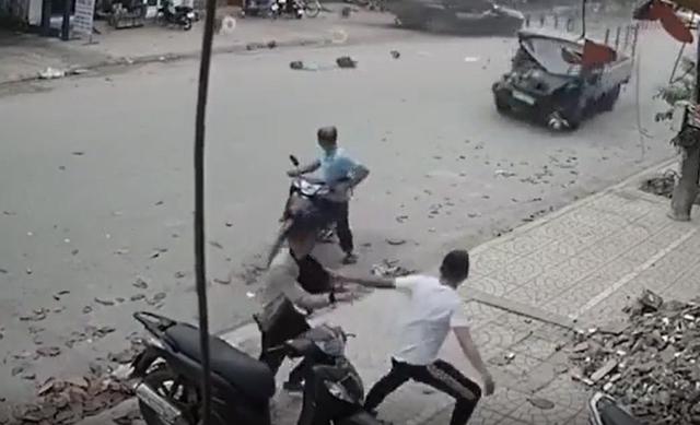 ایستاده در پیاده رو ، کامیون بنزین با عجله به جلو ، دلالان ماشین را رها کرده و فرار کردند - عکس 1.