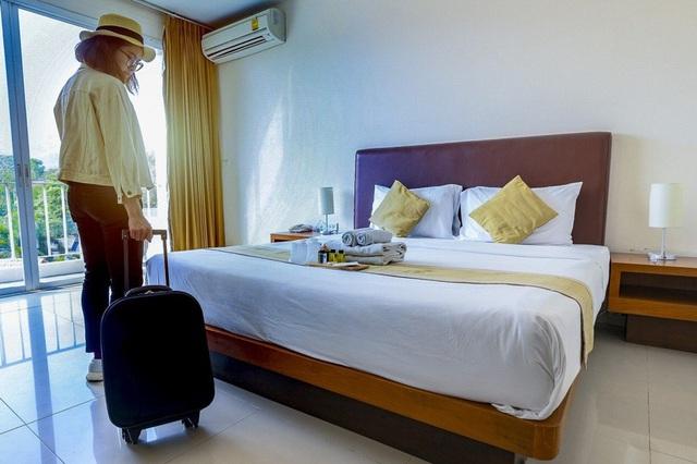 Nhà hàng, khách sạn đối phó với thói quen cầm nhầm đồ của khách - Ảnh 1.
