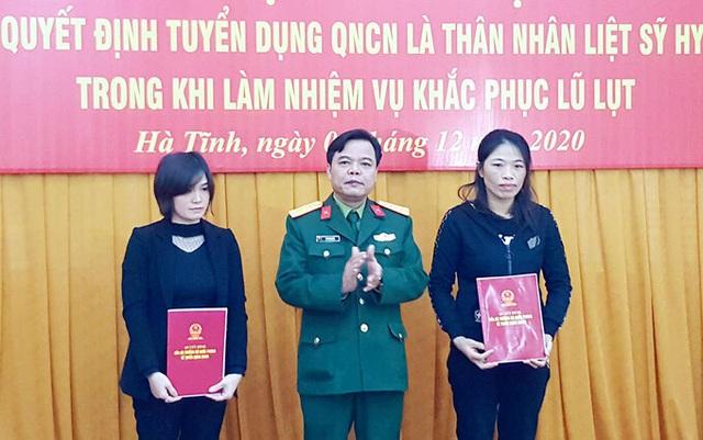 Tuyển dụng, trao quân hàm quân nhân chuyên nghiệp cho thân nhân các liệt sỹ Rào Trăng 3 và Đoàn 337 - Ảnh 2.