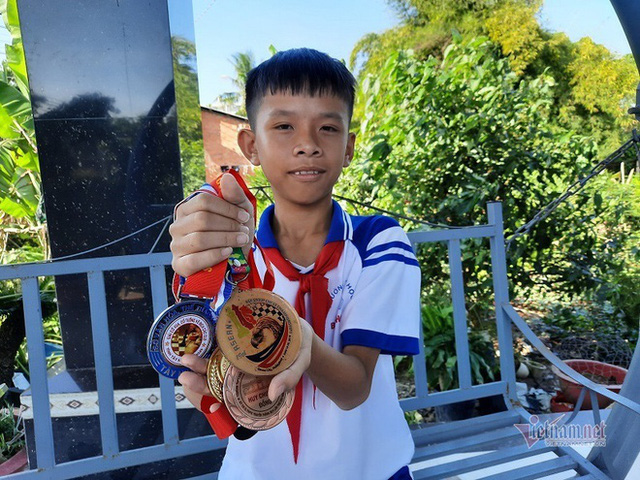 Bé trai 10 tuổi trở thành đại biểu nhỏ tuổi nhất tham dự Đại hội thi đua yêu nước lần thứ X - Ảnh 3.