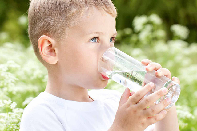 Lưu ý 3 thời điểm không nên cho trẻ uống nước vì cực hại sức khỏe - Ảnh 2.