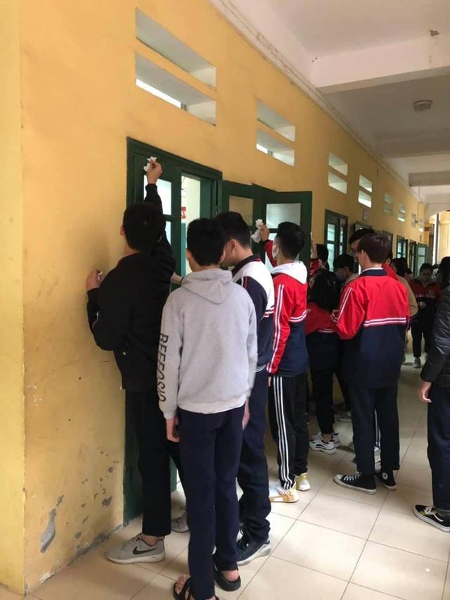 Nhiều trường ở Hà Nội chủ động phun khử khuẩn đảm bảo an toàn cho học sinh - Ảnh 3.