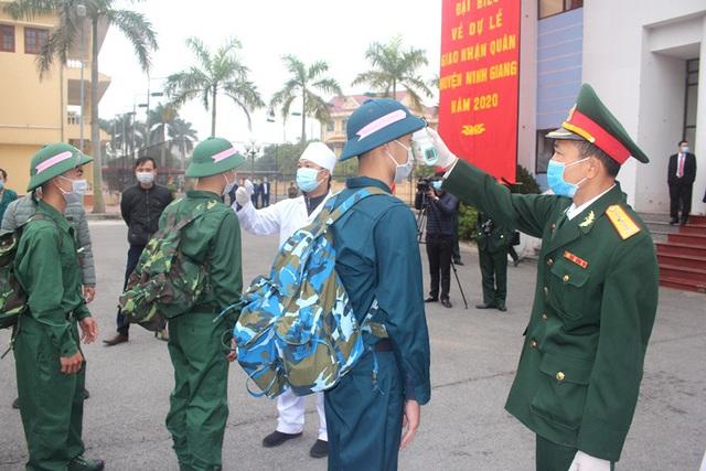 Hình ảnh xúc động tiễn tân binh lên đường nhập ngũ ở Hải Dương - Ảnh 7.