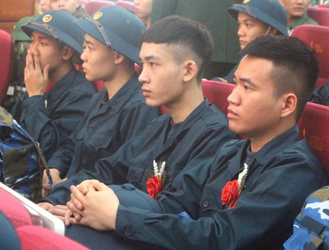 Hình ảnh xúc động tiễn tân binh lên đường nhập ngũ ở Hải Dương - Ảnh 12.