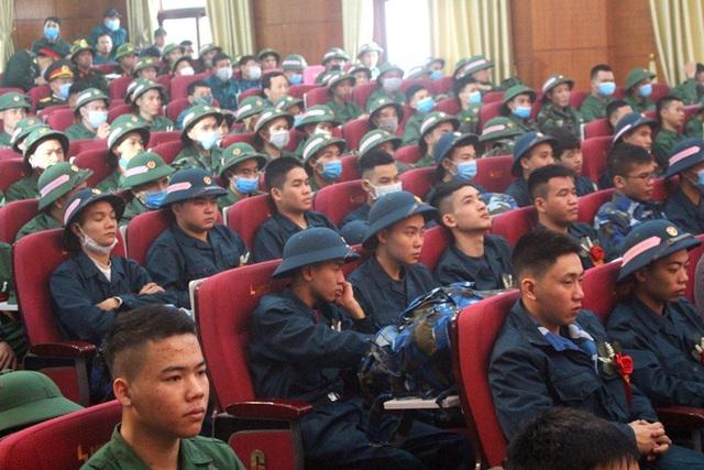 Hình ảnh xúc động tiễn tân binh lên đường nhập ngũ ở Hải Dương - Ảnh 10.