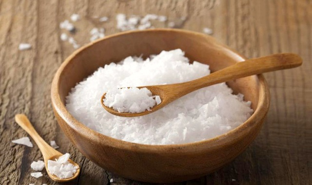 Cho một ít gạo vào trong hũ muối để góc nhà, việc làm tưởng ngớ ngẩn nhưng mang đến hiệu quả bất ngờ - Ảnh 2.