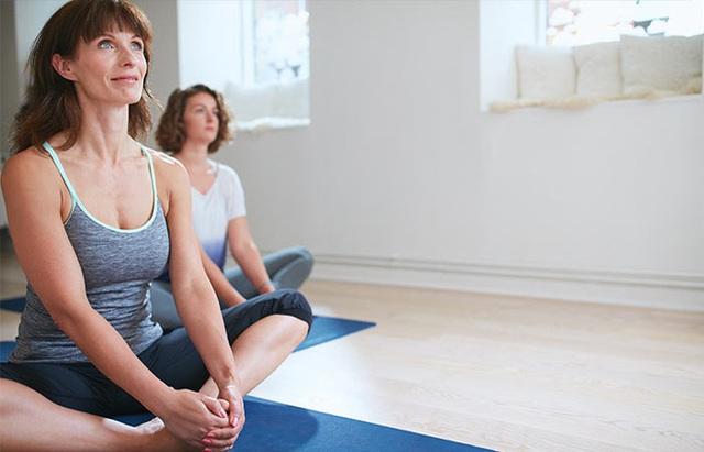 9 tư thế yoga tăng cơ hội thụ thai cho bạn - Ảnh 4.