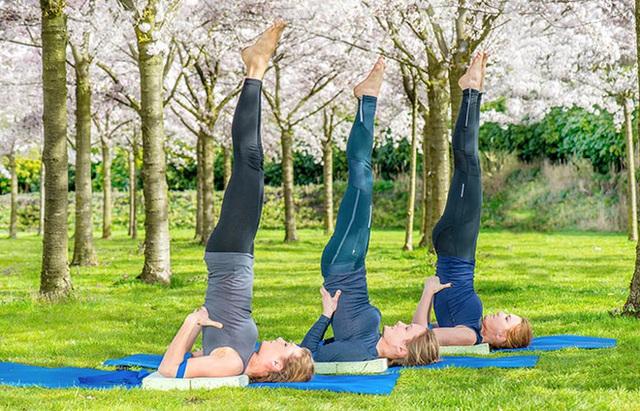 9 tư thế yoga tăng cơ hội thụ thai cho bạn - Ảnh 7.