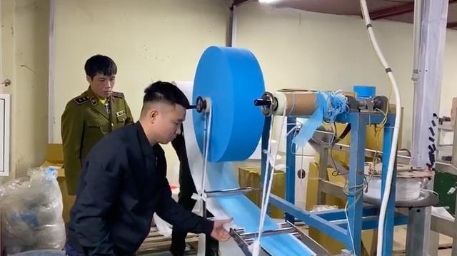 VIDEO: Cận cảnh nơi sản xuất khẩu trang kháng khuẩn bằng... giấy toilet - Ảnh 2.