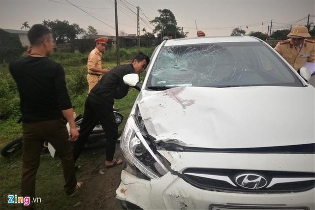 Thêm một giáo viên tử vong trong vụ xe máy bị ôtô con kéo lê 300 m - Ảnh 1.