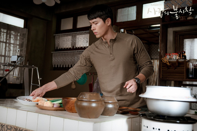 Tủ đồ hiệu của anh quân nhân Hyun Bin trong phim Hạ cánh nơi anh - Ảnh 1.