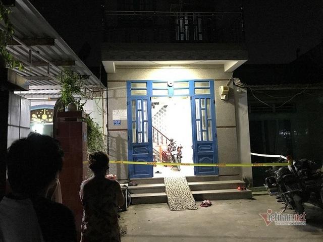 Nam thanh niên chết lõa thể trong nhà vệ sinh ở Bình Dương - Ảnh 1.