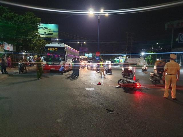 Chạy xe máy băng qua đường, gia đình 3 người bị xe tông khiến bé trai 5 tuổi tử vong - Ảnh 1.