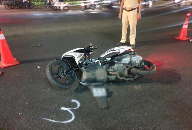 Chạy xe máy băng qua đường, gia đình 3 người bị xe tông khiến bé trai 5 tuổi tử vong - Ảnh 2.