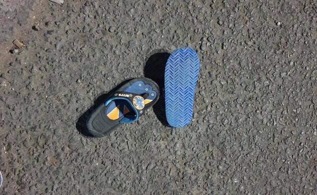 Chạy xe máy băng qua đường, gia đình 3 người bị xe tông khiến bé trai 5 tuổi tử vong - Ảnh 3.