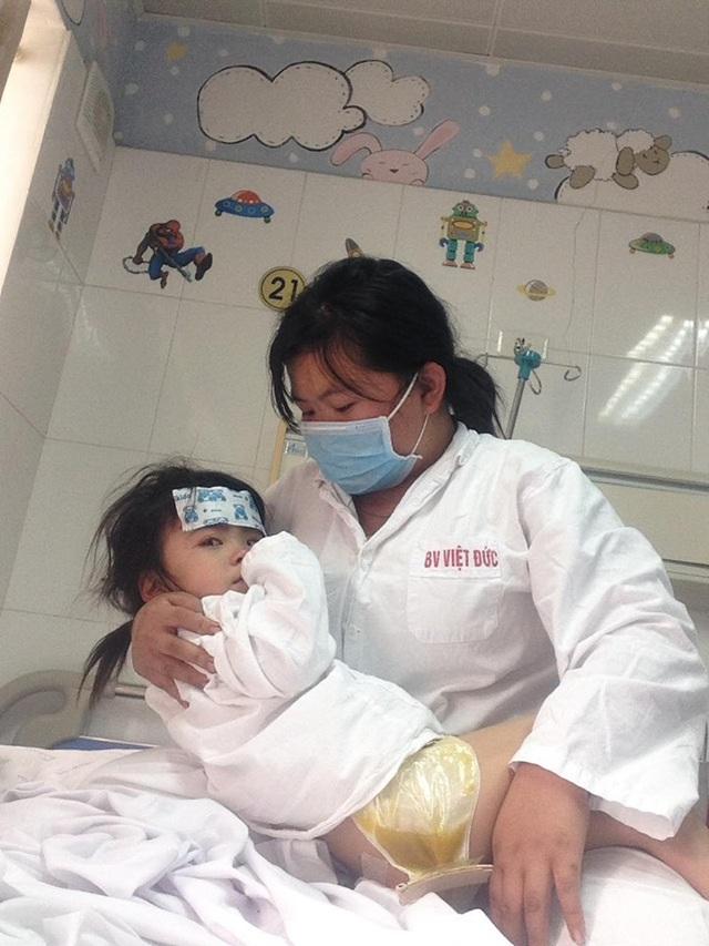 Các nhà hảo tâm gấp rút đón bé gái 3 tuổi không có hậu môn về Hà Nội tiếp tục điều trị - Ảnh 2.