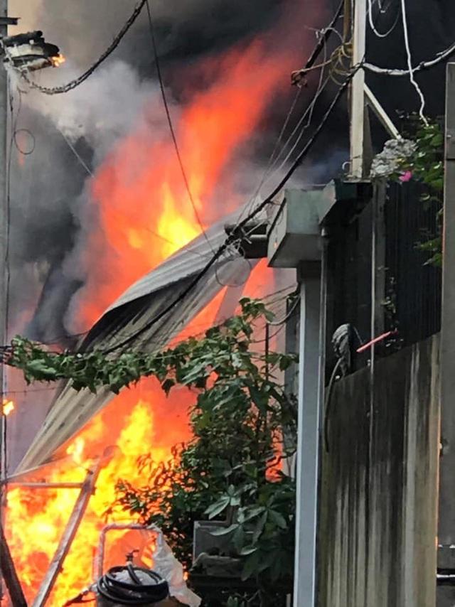Hà Nội: Cháy kinh hoàng tại nhà dân, hàng xóm hốt hoảng bỏ chạy - Ảnh 1.