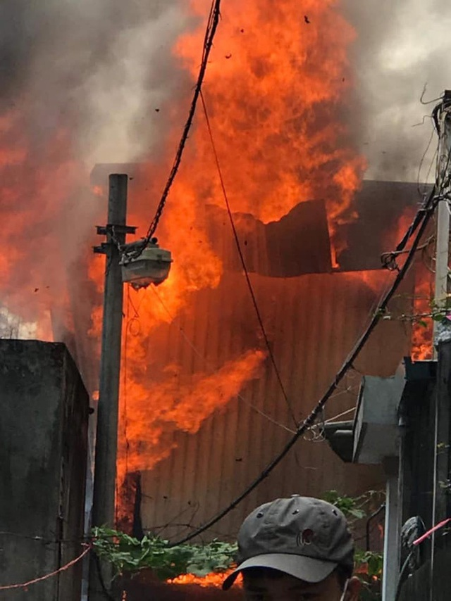 Hà Nội: Cháy kinh hoàng tại nhà dân, hàng xóm hốt hoảng bỏ chạy - Ảnh 2.