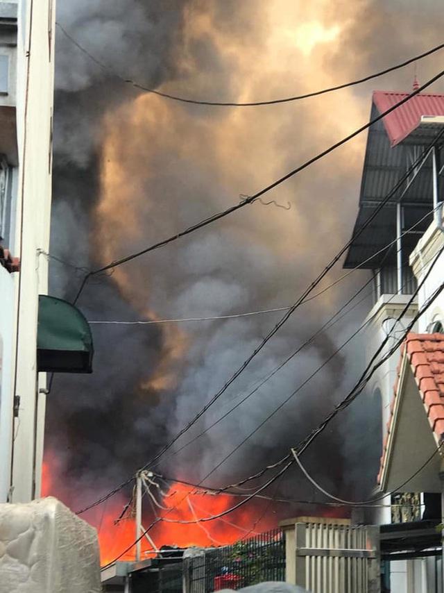 Hà Nội: Cháy kinh hoàng tại nhà dân, hàng xóm hốt hoảng bỏ chạy - Ảnh 3.