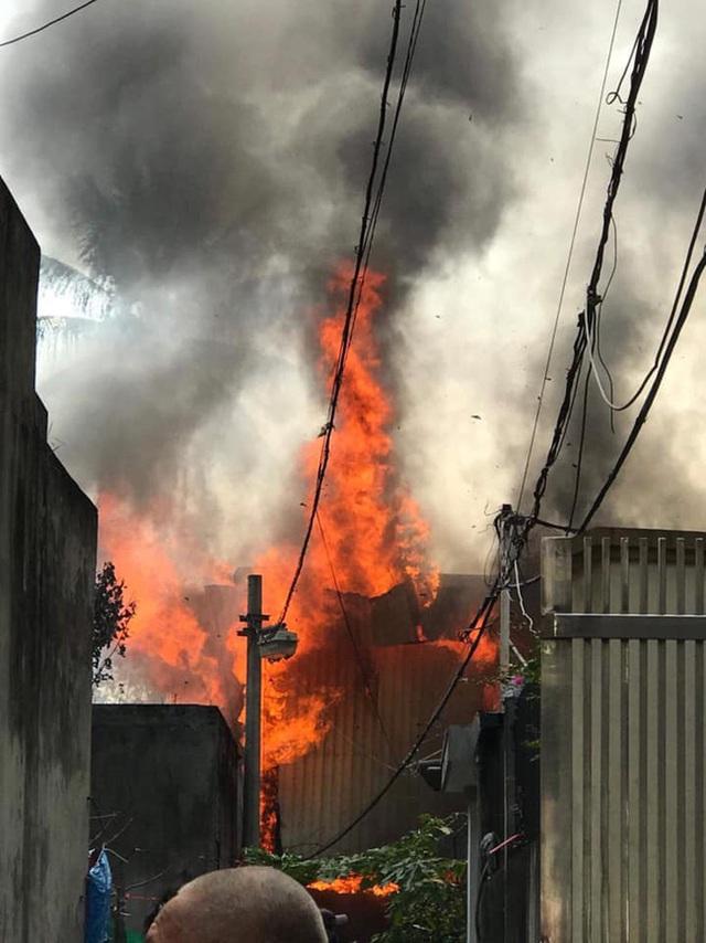 Hà Nội: Cháy kinh hoàng tại nhà dân, hàng xóm hốt hoảng bỏ chạy - Ảnh 4.