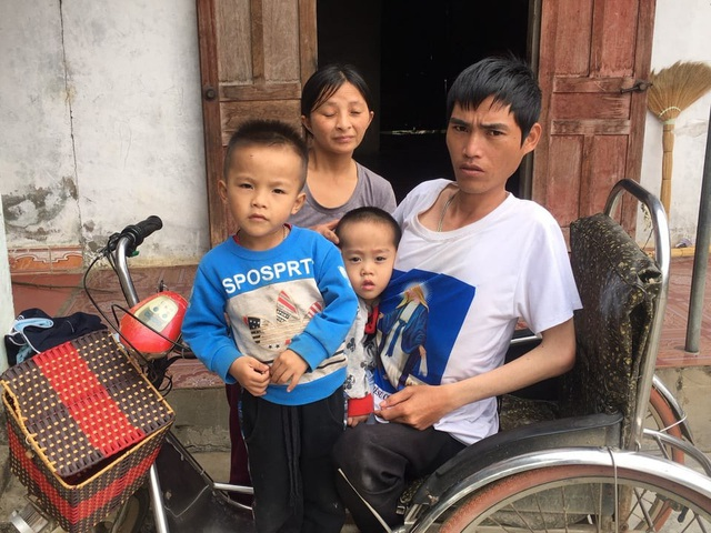 Chồng bị liệt hai chân, vợ bệnh thần kinh, nuôi hai con nhỏ bị bại bão - Ảnh 2.