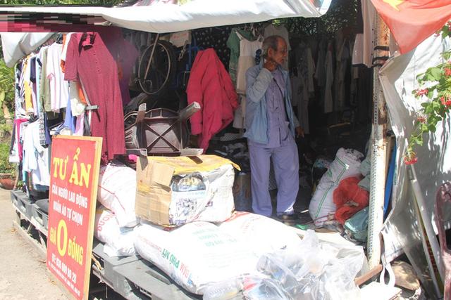 Cụ ông Sài Gòn mỗi ngày chạy xe 50km bán quần áo giá... 0 đồng - Ảnh 4.
