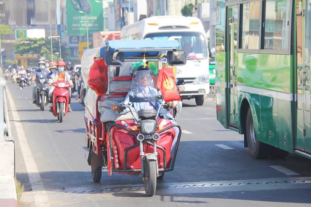 Cụ ông Sài Gòn mỗi ngày chạy xe 50km bán quần áo giá... 0 đồng - Ảnh 5.