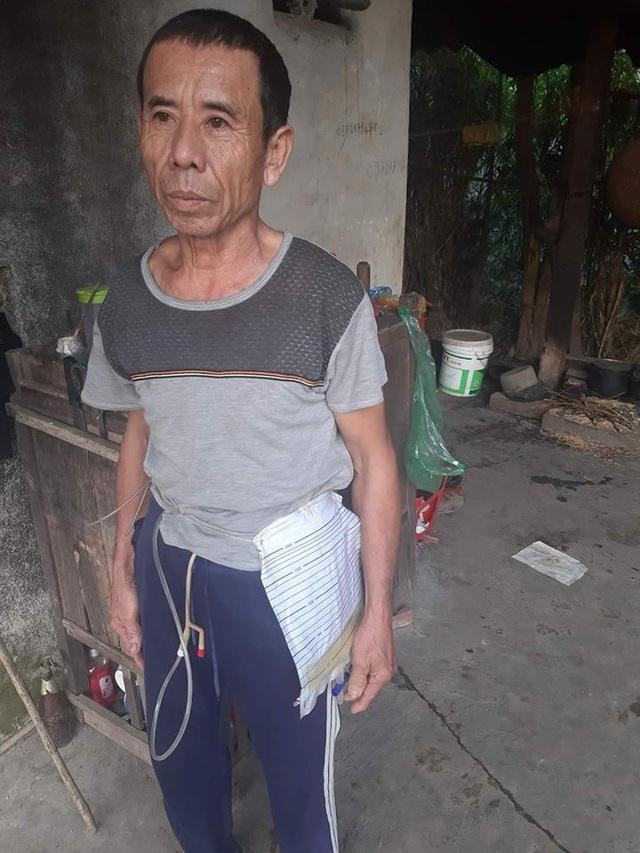 Người đàn ông 4 năm đeo ống dẫn tiểu, ngày ngày chăm sóc mẹ liệt, em tâm thần - Ảnh 2.