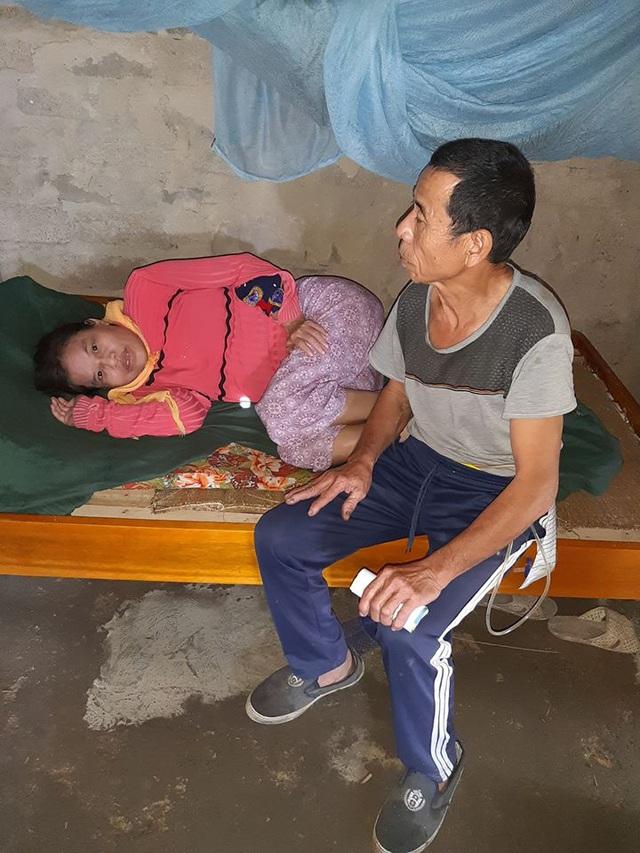 Người đàn ông 4 năm đeo ống dẫn tiểu, ngày ngày chăm sóc mẹ liệt, em tâm thần - Ảnh 4.