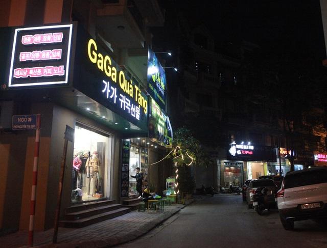 Chùm ảnh: Phố Tây đông đúc, phố Hàn vắng vẻ mùa dịch COVID-19 - Ảnh 15.