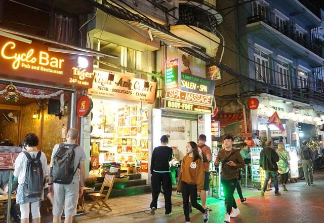 Chùm ảnh: Phố Tây đông đúc, phố Hàn vắng vẻ mùa dịch COVID-19 - Ảnh 4.