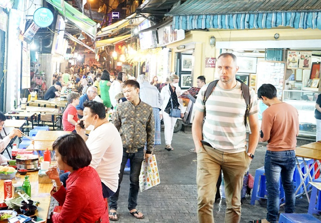 Chùm ảnh: Phố Tây đông đúc, phố Hàn vắng vẻ mùa dịch COVID-19 - Ảnh 6.