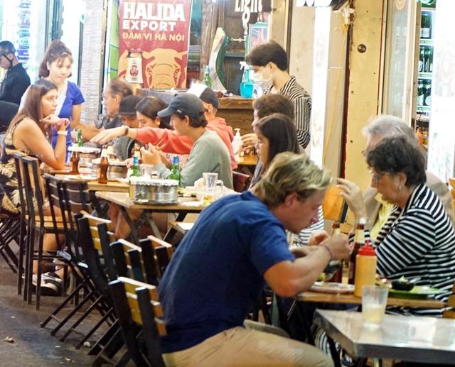 Chùm ảnh: Phố Tây đông đúc, phố Hàn vắng vẻ mùa dịch COVID-19 - Ảnh 7.