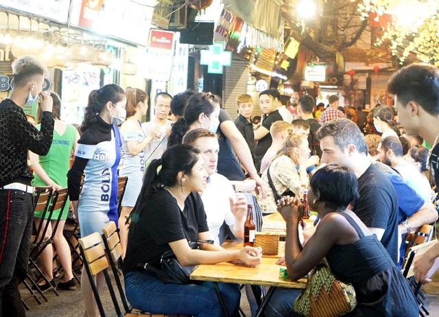 Chùm ảnh: Phố Tây đông đúc, phố Hàn vắng vẻ mùa dịch COVID-19 - Ảnh 8.