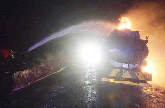 Cháy xe bồn chở 12.000 lít xăng - Ảnh 1.