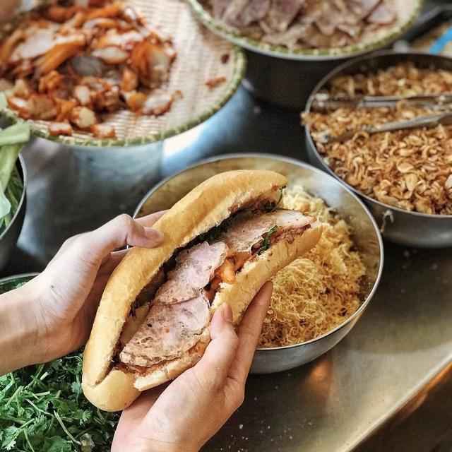 7 địa chỉ bánh mì nổi tiếng không thể bỏ qua ở Hà Nội - Ảnh 1.