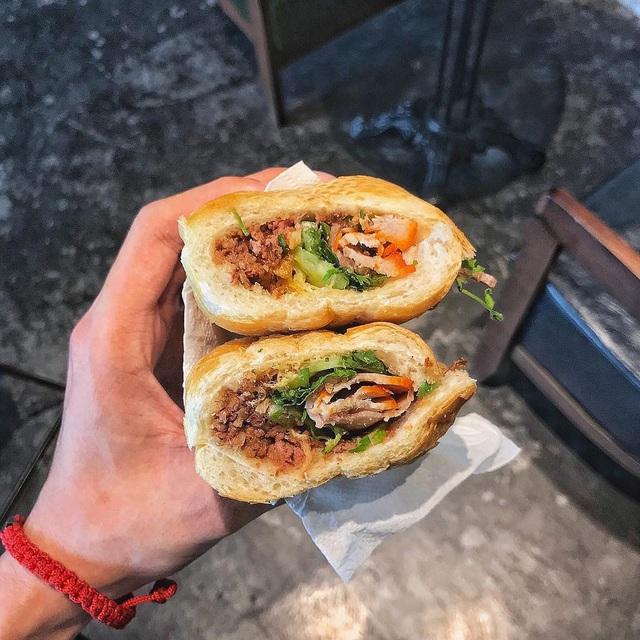 7 địa chỉ bánh mì nổi tiếng không thể bỏ qua ở Hà Nội - Ảnh 2.