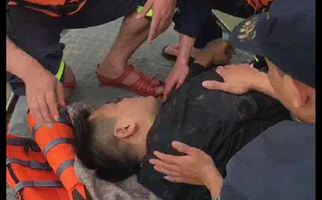 Hà Nội: Cảnh sát kịp thời cứu sống nam thanh niên nhảy cầu Vĩnh Tuy tự tử - Ảnh 1.