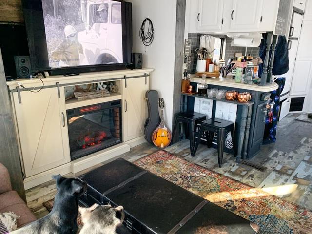 Nhà nhỏ 27.8m² siêu ấn tượng của cặp vợ chồng trẻ và 3 chú chó khiến ai cũng thích  - Ảnh 5.